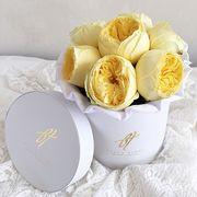 Желтые пионовидные розы «Каталина» в белой коробке Small