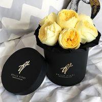 Желтые пионовидные розы «Каталина» в черной коробке Small