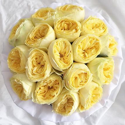 Желтые пионовидные розы «Каталина» в белой коробке Royal