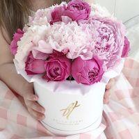 Пионовидные розы и пионы в белой коробке Small