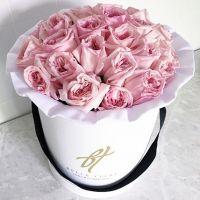 Душистые пионовидные розы Pink O'hara в белой коробке Royal