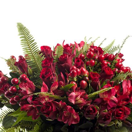 Букет с альстромерией и розами «Королевские игры»