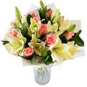 Букет лилий с розами «Солнце на рассвете»