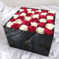 Красные и белые розы в черной коробке GlassBox Royal
