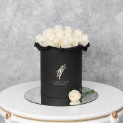 Белые розы в черной коробке Royal