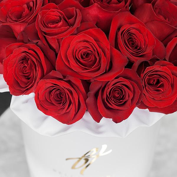 Красные розы в белой коробке Royal