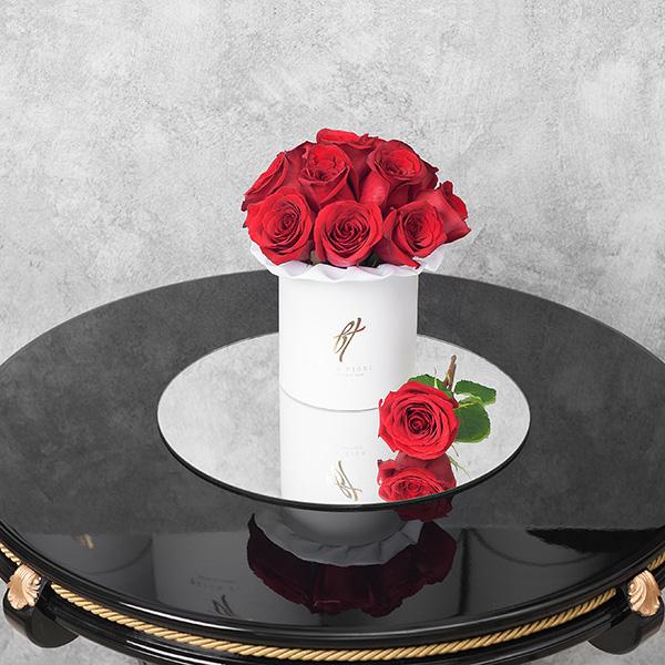 Красные розы в белой коробке Small