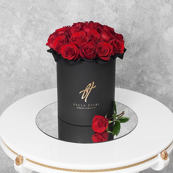 Красные розы в черной коробке Royal