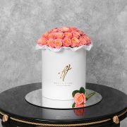 Коралловые розы в белой коробке Royal