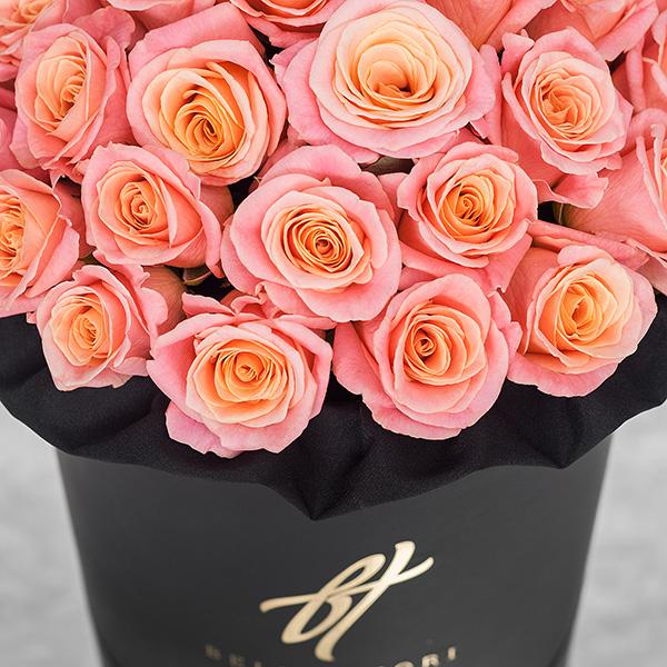 Коралловые розы в черной коробке Royal