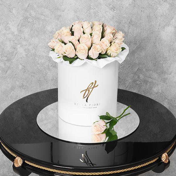 Кремовые розы в белой коробке Royal