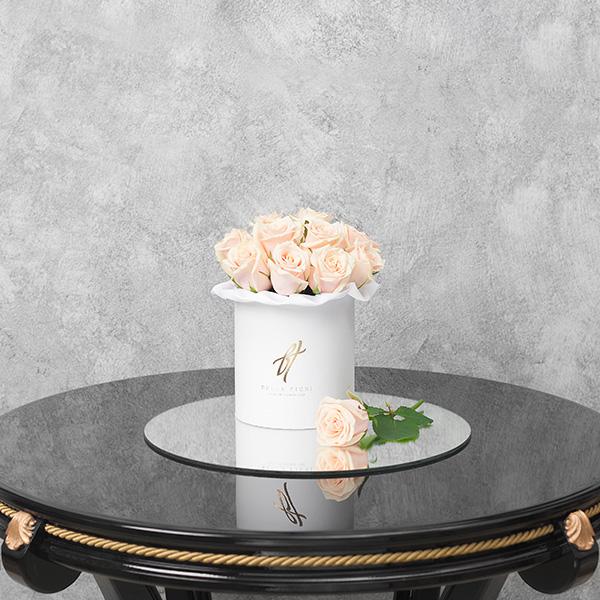 Кремовые розы в белой коробке Small