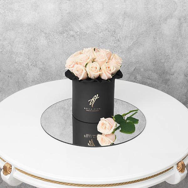 Кремовые розы в черной коробке Small