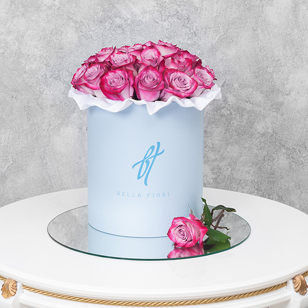 Розы «Deep purple» в голубой коробке
