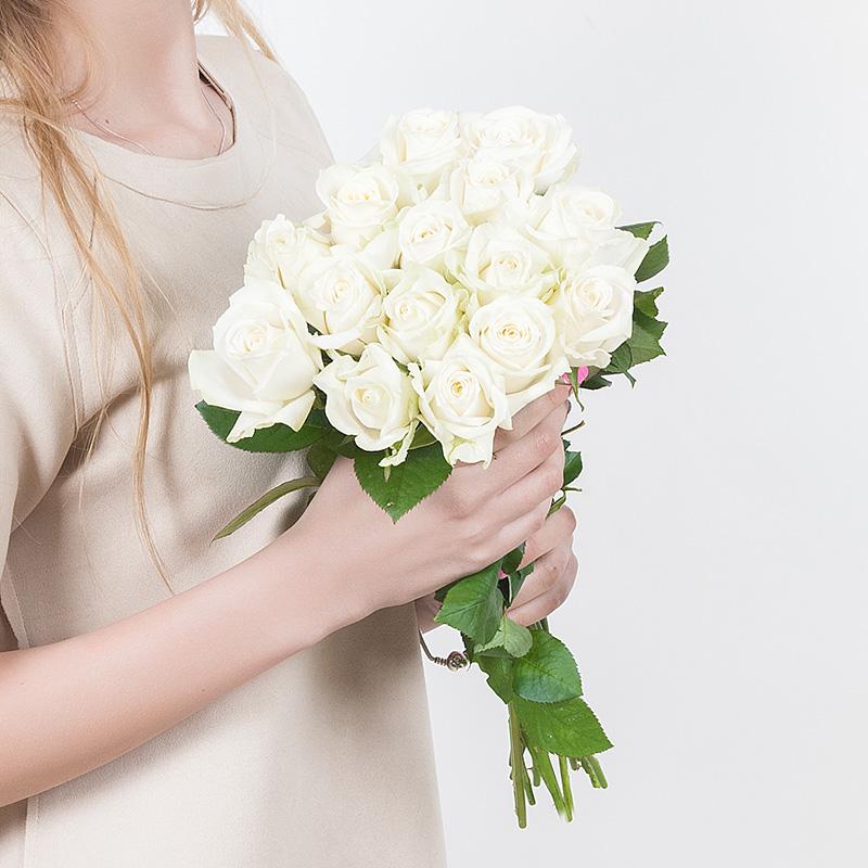 15 белых роз 40 см