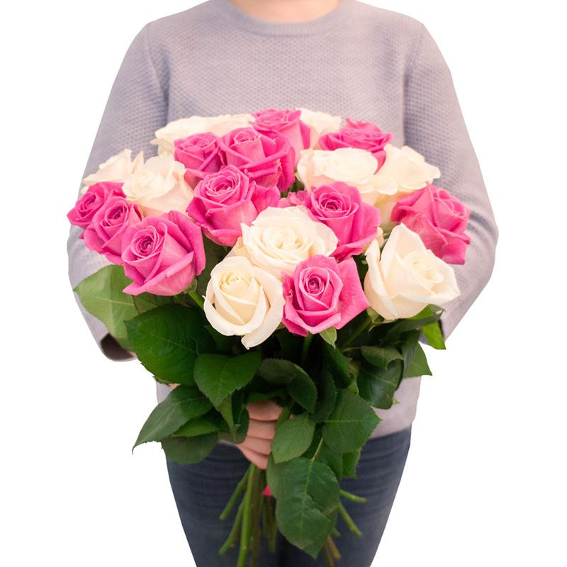 25 роз белых и розовых