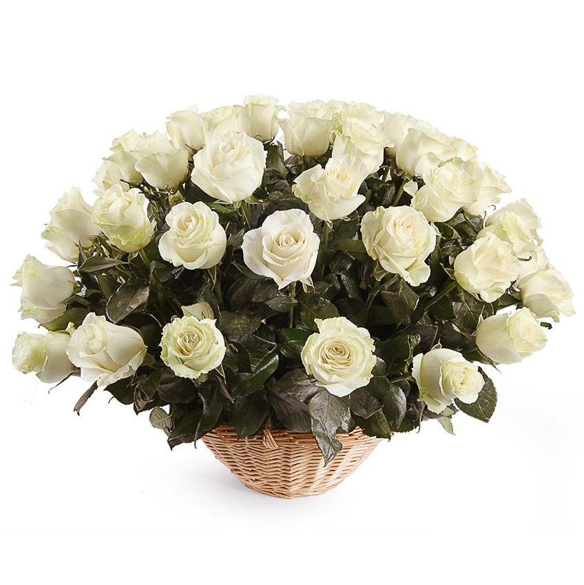 35 белых роз в корзине