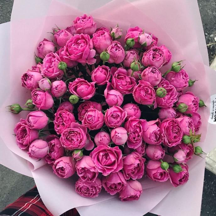 9 роз «Мисти бабблс» с оформлением в нежных тонах
