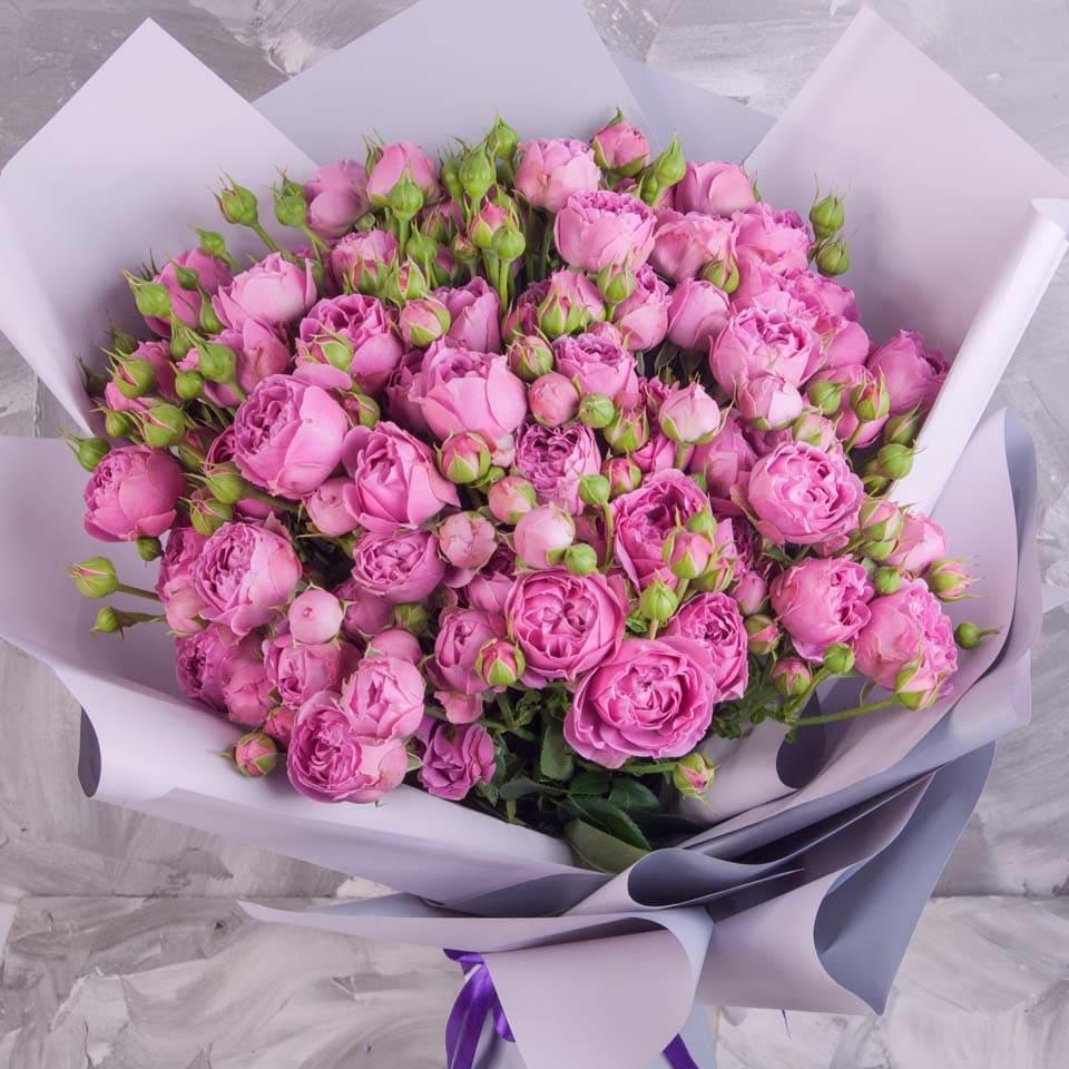 19 роз «Мисти бабблс» с праздничным оформлением