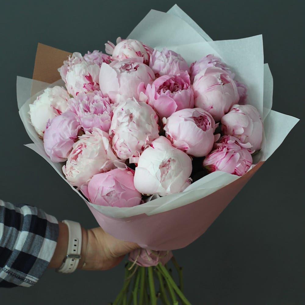 Букет «Дыхание» из 17 розовых пионов с оформлением