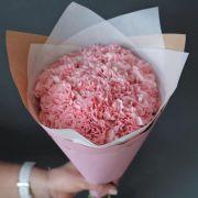 Букет из нежно-розового диантуса с оформлением