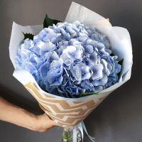 Нежный букет голубых гортензий с оформлением