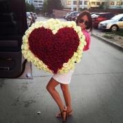 201 роза в форме сердца: красные + белые