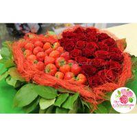 Сердце из 25 роз с клубникой