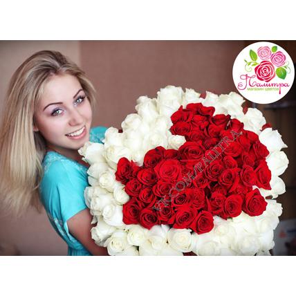 101 роза в форме сердца: белая + красная