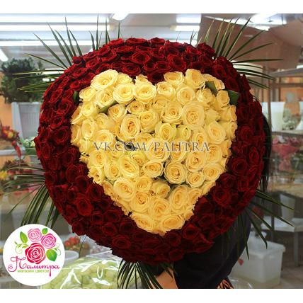 201 роза, букет-сердце: белые + красные