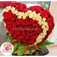 Сердце 3D из  101 розы и 40 кустовых роз