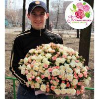 51 кустовая роза: белая + розовая