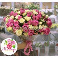 51 роза: розовая + кустовая белая