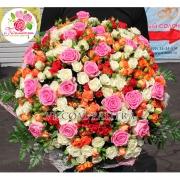 Яркий микс из 101 розы: розовая + кустовые