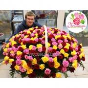 Яркая корзина из 333 разноцветных роз
