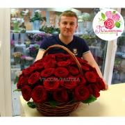 Корзина из 51 красной розы «Ред Наоми»