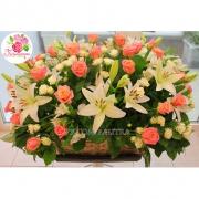 Корзина с лилиями, розами и альстромериями