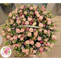 Корзина из 101 розы и 100 лизиантусов