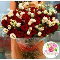 Букет из 51 красной розы и лизиантусов