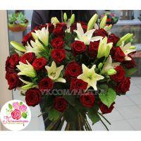 Букет из 51 красной розы и лилий
