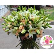 Большой букет с лилиями и кустовыми розами