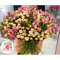 Букет с альстромериями и кустовыми розами
