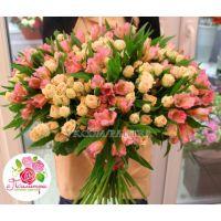 Букет с  кустовыми розами и альстромериями