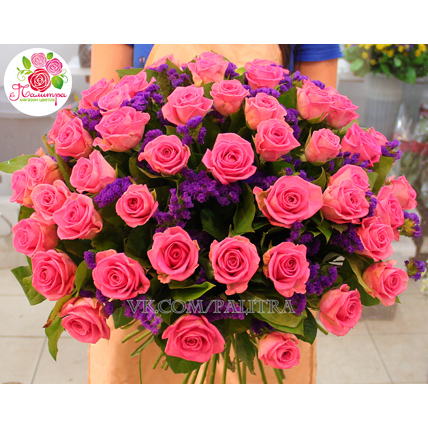 Букет из розовых роз и статицы