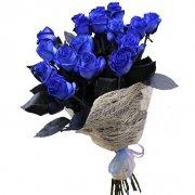 19 синих роз с натуральным оформлением