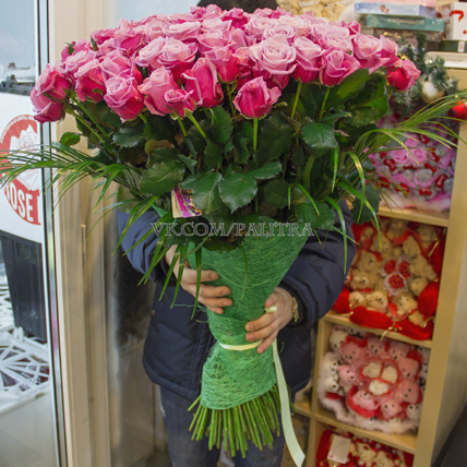 101 роза «Дип вотер» (80см) с зеленью и оформлением